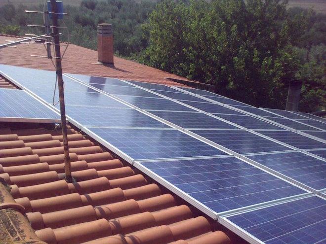 IMPIANTO RESIDENZIALE SU TETTO A FALDA. P 12.88 kWp