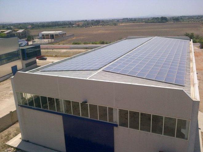 RUSSO & C.SRL. IMPIANTO SU LAMIERA GRECATA. P 100 kWp